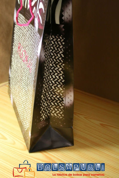 a77c7dc83 Impresión simulando un tejido orgánico y detalle del interior de la bolsa  de papel impresa con un fondo fucsia que hace referencia a la imagen de la  marca.