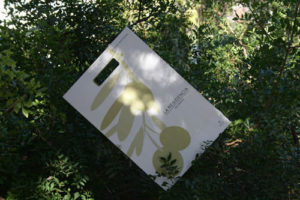 Bolsas Publicitarias rama olivo en árbol